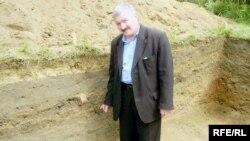 Тарихи мәдәни фонд җитәкчесе Җәмил Сафиуллин археологик казу урынында.