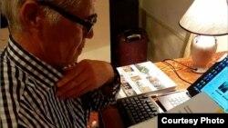 Бывший политический узник Мухаммад Бекжан читает послание российского рок-музыканта Бориса Гребенщикова. Фото со страницы главы Amnesty International в России Сергея Никитина в Facebook'е.