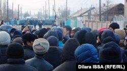 Жители села Бурыл, вышедшие на улицы, стоят напротив полицейских. Жамбылская область, 17 февраля 2016 года.