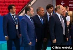 Радик Миннахметов — между Путиным и Миннихановым. Фото: tatarstan.ru