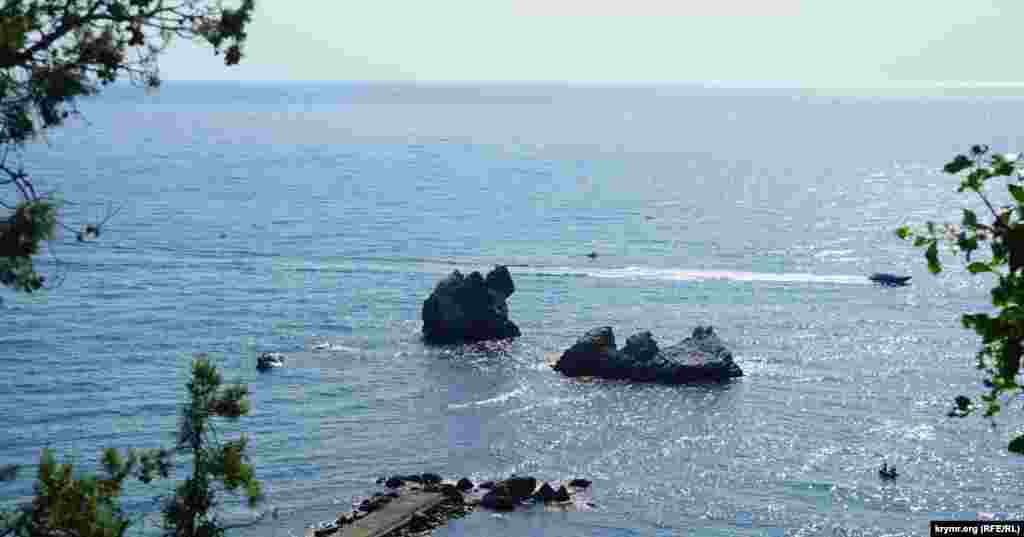 Видны скалы в море – «Три сестры» и «Монах»