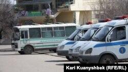 Концерт өткен Абай ескерткішінің алдында тұрған полиция көліктері. Алматы, 24 наурыз. 2012 жыл.