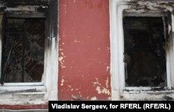 Окна сгоревшей квартиры Адольфа Демченко. Из одного из них он успел выпрыгнуть за минуты до того, как умер от отравления угарным газом