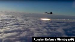Un avion de luptă Su-30 lansînd o rachetă în cursul manevrelor miliatre ruse la 27 septembrie 2018
