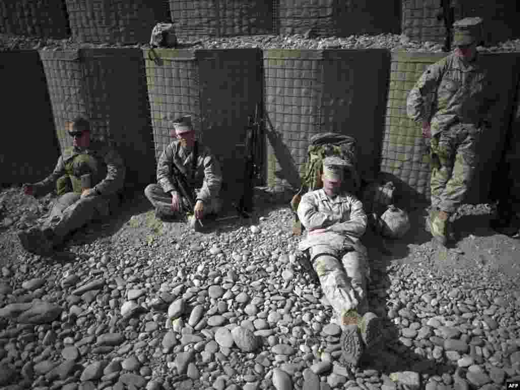 Afganistan - Američki marinci u kratkom predahu u bazi u Helmandu, 27.01.2011. Foto: AFP / Dmitry Kostyukov