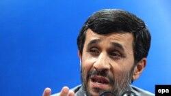 محمود احمدی نژاد دستور تشکيل ستادی تحت عنوان «ستاد صيانت از حريم امنيت عمومی و حقوق شهروندان» را صادر کرده است. (عکس: epa)