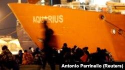 """Бродот """"Водолија"""" со 629 мигранти во пристаништето во Катанија, Италија"""