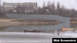 Паркан на місці будівництва туркомплексу в Заозерному