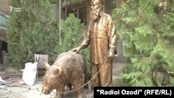 Скульптура деда Талабшо и его медведицы будет установлена в Душанбе после разрешения мэрии
