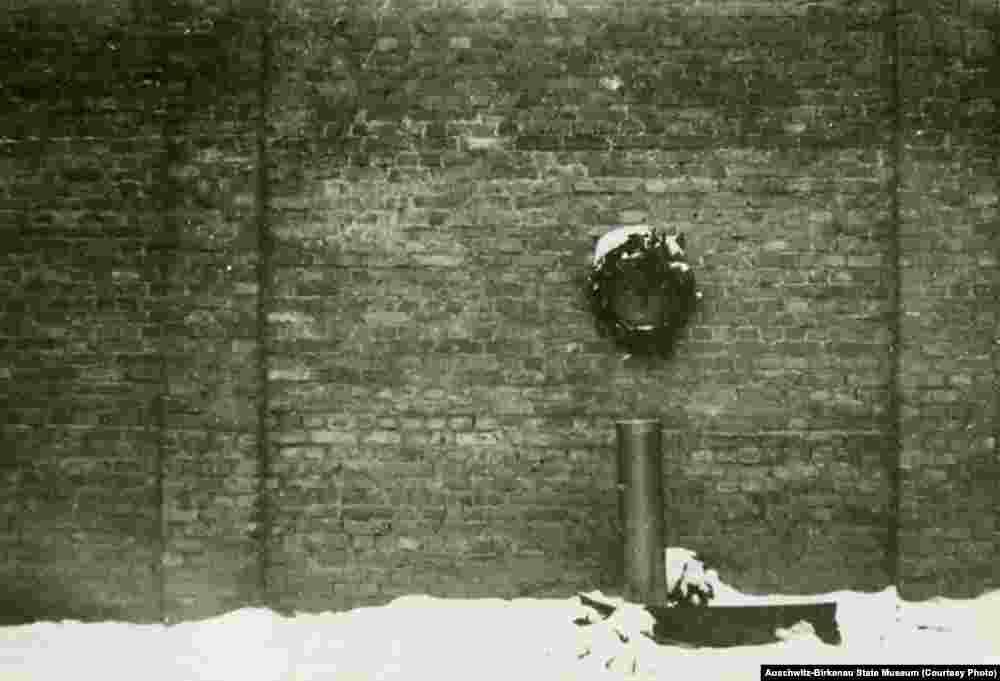 «Стена смерти» во дворе 11-го блока, здесь расстреливали заключенных. Двор был восстановлен после окончания войны. На фото слева – первоначальный вид. В 11-м блоке применяли различные виды пыток.