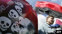 В новом веке Россия сумела испортить отношения почти со всеми соседями. Пикет в поддержку Эстонии в Киеве