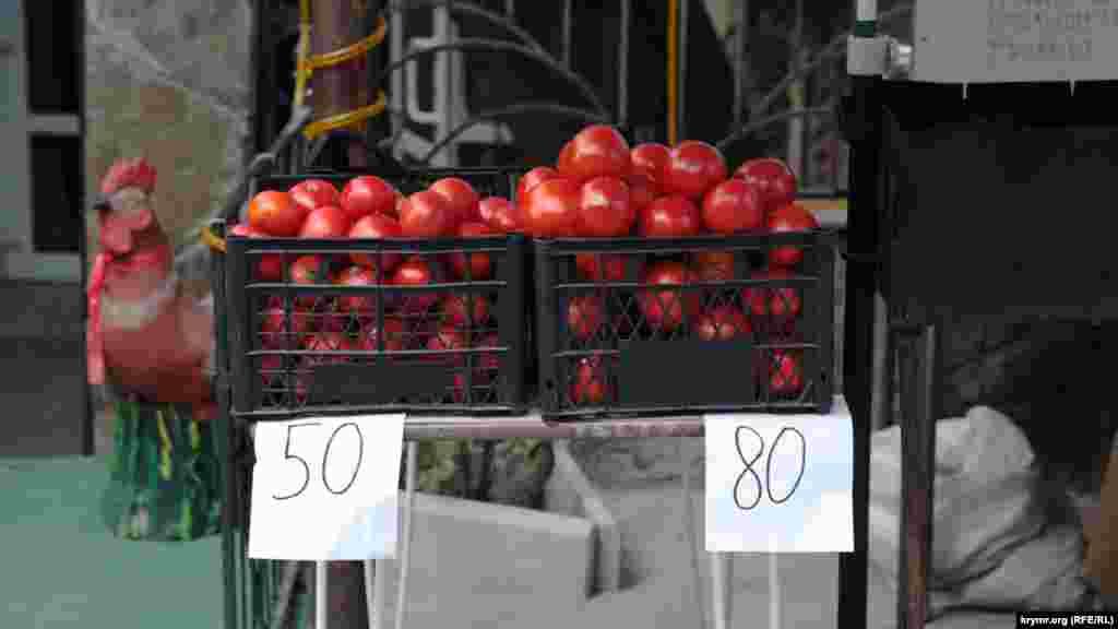 Помидоры стоят от 50 до 80 рублей (18 и 30 грн соответственно)