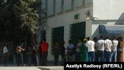 Люди в очереди у банкомата в Ашхабаде.