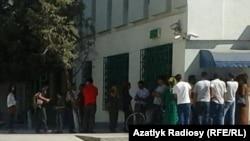 Люди в очереди у банкомата в Ашгабате.