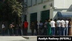 Люди в очереди у банкомата в Туркменистане.