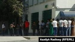 Очередь у банкомата, Туркменистан.