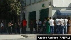 Очередь у банкомата, Туркменистан