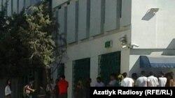 Очереди у банкомата в Ашгабате.
