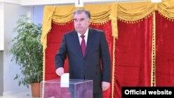 Президент Таджикистана Эмомали Рахмон проголосовал на избирательном участке №15 столичного района Сомони. 1 марта 2002 года.