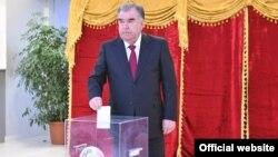 Президент Имомали Раҳмон овоз бермоқда. Душанбе, 2020, 1 март.