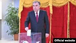 Эмомали Рахмон голосует на парламентских выборах в Таджикистане. Март 2020 года. Фото пресс-службы президента Таджикистана
