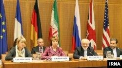 نمایندگان ایران (از راست: عباس عراقچی و محمد جواد ظریف)، کاترین اشتون (وسط تصویر)