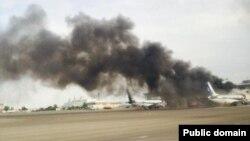 Дым идет от самолета, приземлившегося в аэропорту Актау. 16 июня 2015 года. Фото Марата Мейрова.