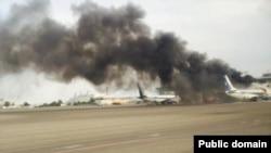 Дым в результате возгорания пассажирского самолета авиакомпании SCAT. Актау, 16 июня 2015 года.