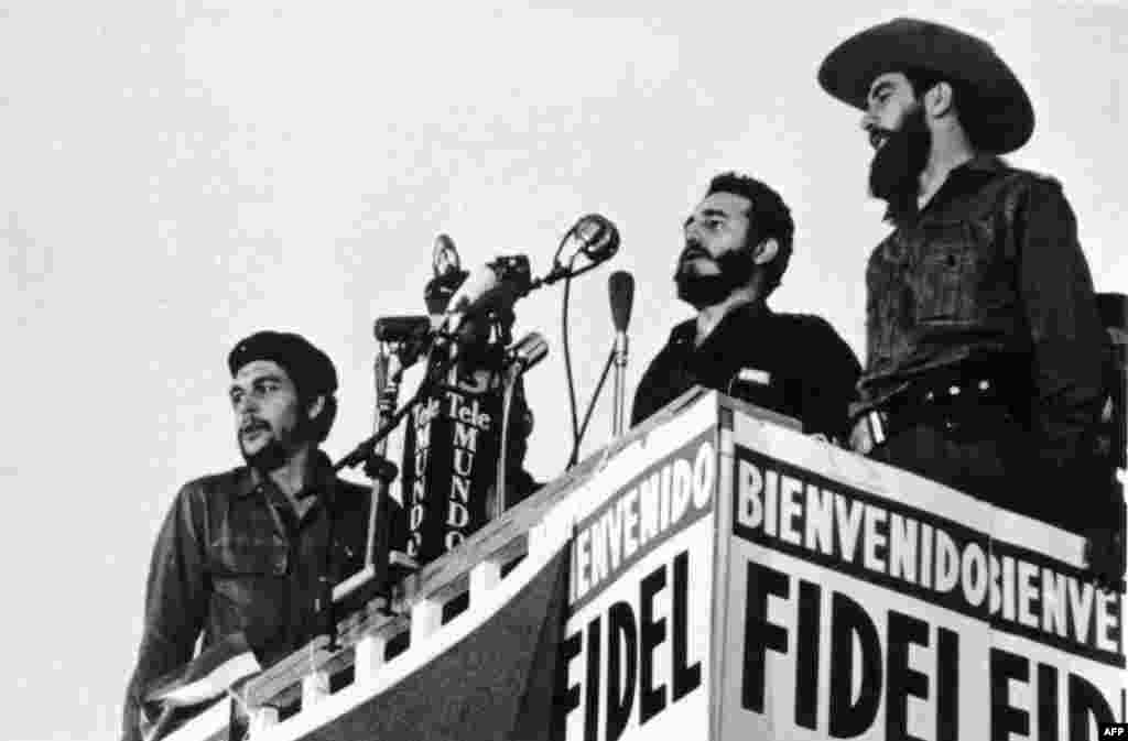 Castro (center) delivers a speech in Havana in 1959. Fellow revolutionaries Camilo Cienfuegos (right) and Ernesto Che Guevara (left) stand beside him.