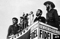 Фідель Кастро (посередині) виступає із промовою поруч з Каміло Сьєнфуегосом (праворуч) та Ернесто Че Геварою. Гавана, 1959 рік