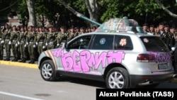 """Надпись на автомобиле """"На Берлин. Трофей"""", парад в Севастополе"""