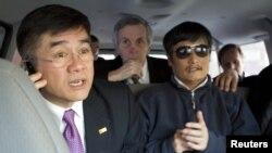 Посол США в Китае Гэри Локк (слева) и слепой правозащитник Чэнь Гуанчэн