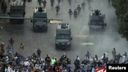 Полицияның арнайы жасағы Тахрир алаңынан наразы жұртты күштеп таратты. Каир, Египет, 23 қараша 2012 ж.