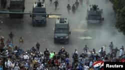 Anna we şenbe günleri paýtagt Kairiň merkezinde polisiýa güýçleri protestçileri dargatmak üçin göz ýaşardyjy gazlary ulandylar. Kair, 23-nji noýabr, 2012.