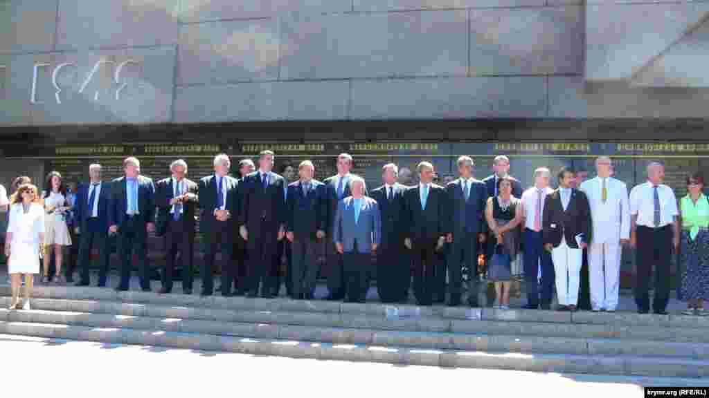 Французькі сенатори в повному складі біля підніжжя Меморіалу героїчної оборони Севастополя