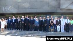 Французькі політики біля підніжжя Меморіалу героїчної оборони Севастополя