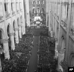 O fotografie celebră a Catedralei Notre Dame în cursul slujbei în memoria președintelui american Frank Roosevelt, 16 aprilie 1945