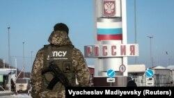Украинский пограничник на пункте пропуска «Гоптовка» в Харьковской области