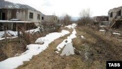 В Южной Осетии во время конфликта орудовала целая преступная группа, в которую входили и нотариусы, и судейские. По фальшивым доверенностям и договорам купли-продажи они отжали и перепродали более 80 домов и квартир тех, кто сбежал от войны