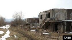 Когда запылал его дом, в случайность или чью-то неосторожность никто не поверил. Оставленные хозяевами дома в поселке восьмой год стоят нетронутыми