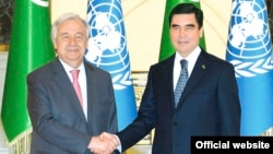 Türkmenistanyň prezidenti Gurbanguly Berdimuhamedow (çepde) bilen BMG-niň baş sekretary Antoniu Guterriş