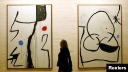 """Картините на Миро """"Без заглавие"""" (л) и """"Жена през нощта"""" (д)"""