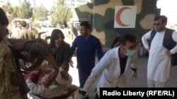 Перемещение раненого после подрыва смертника в афганском городе Гардез в провинции Пактия. 17 октября 2017 года.
