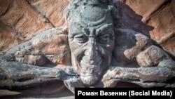 Барельеф с Мефистофелем на Лахтинской улице в Петербурге
