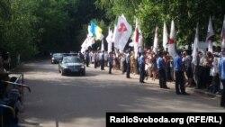 Президента Литви біля лікарні у Харкові зустріли прихильники Тимошенко