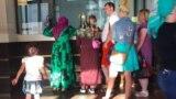 Муҳоҷирон ва паноҳҷӯёни эҳтимолӣ дар истгоҳи роҳи оҳани Брести Ҷумҳурии Белорус дар марзи Лаҳистон.