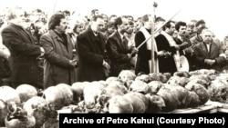 Черепи жертв сталінських репресій із масового поховання в урочищі Дем'янів Лаз біля Івано-Франківська, 1989 рік. Під час розкопок знайшли людські рештки і згодом ідентифікувати 524 осіб, страчених у червні 1941 року