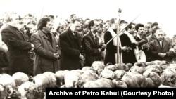 Черепи жертв сталінських репресій із масового поховання в урочищі Дем'янів Лаз біля Івано-Франківська. Фотографія 1989 року. Під час розкопок знайшли людські рештки і згодом ідентифікували 524 осіб, страчених у червні 1941 року. Виявлення і розкриття масових поховань жертв сталінських репресій було складовою національно-визвольних процесів напередодні розпаду СРСР