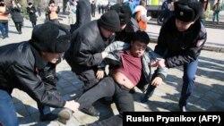 Задержание вероятного участника митинга, анонсированного несколькими оппозиционными группами после гибели активиста Дулата Агадила под стражей в столице. Алматы, 1 марта 2020 года.