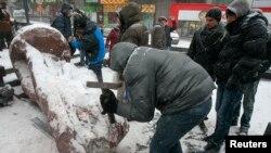 Käbir protestçiler sowet döwletini esaslandyryjy Wladimir Leniniň ýadygärligini ýykdylar.
